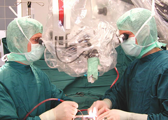 Operation mit dem OP Mikroskop